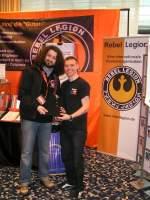 Jedi-Con 2010/63108/wladimir-und-florian-am-stand-der Wladimir und Florian am Stand der Rebel Legion bei Überreichung des Club-Shirts